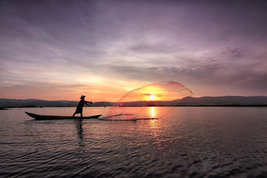 Rawapening #3 by Ari Wid - Landscapes Sunsets & Sunrises ( ambarawa, central java, indonesia, salatiga, net, fisherman, rawapening, relax, tranquil, relaxing, tranquility )