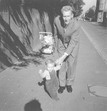 Photo: 1958/59: Gehversuche in der Brinkstraße.