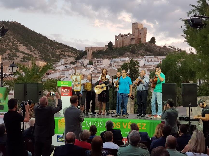 Actuación de la Cuadrilla de Ánimas de Vélez Blanco, con una letra dedicada a LA VOZ.