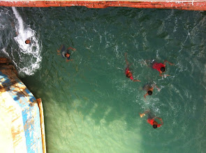 Photo: Ferry Bakauheni (Sumatra) - Merak (Java) . Estos niños y jóvenes estaban nadando, esperando a que la gente les echara dinero. Y entonces nadaban a recogerlo. :(