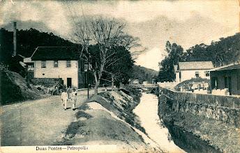 Photo: Atual Rua Washington Luis na altura das Duas Pontes, cortada pelo Rio Quitandinha. Foto do início do século XX