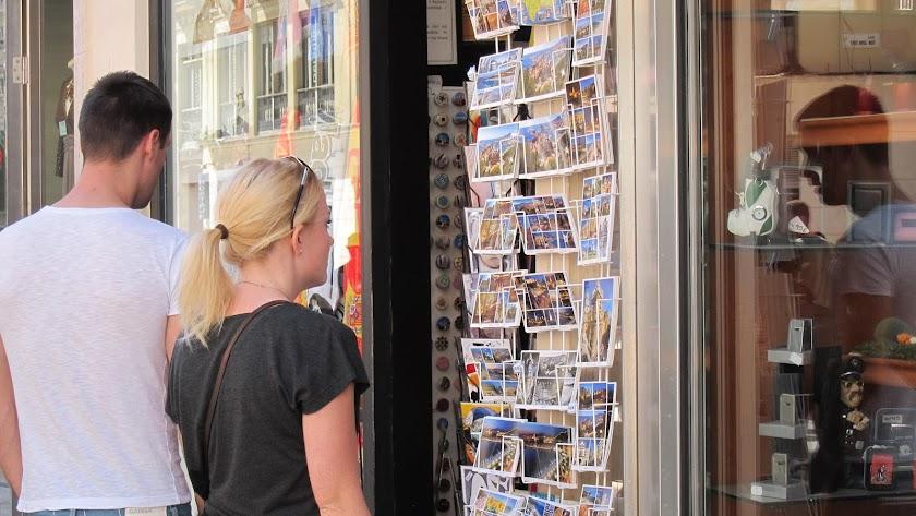 Turistas curioseando en un puesto de souvenirs en la provincia.