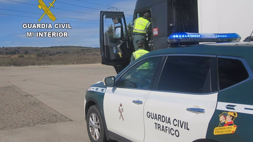 Imagen de archivo de agentes de la Guardia Civil de Tráfico en un camión.