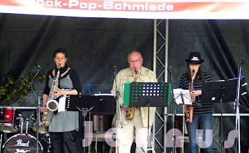 Photo: Große Bühne am Ludwigsluster Schloß        Musikalischer Nachmittag mit der Rock-Pop-Schmiede und Seven Nights