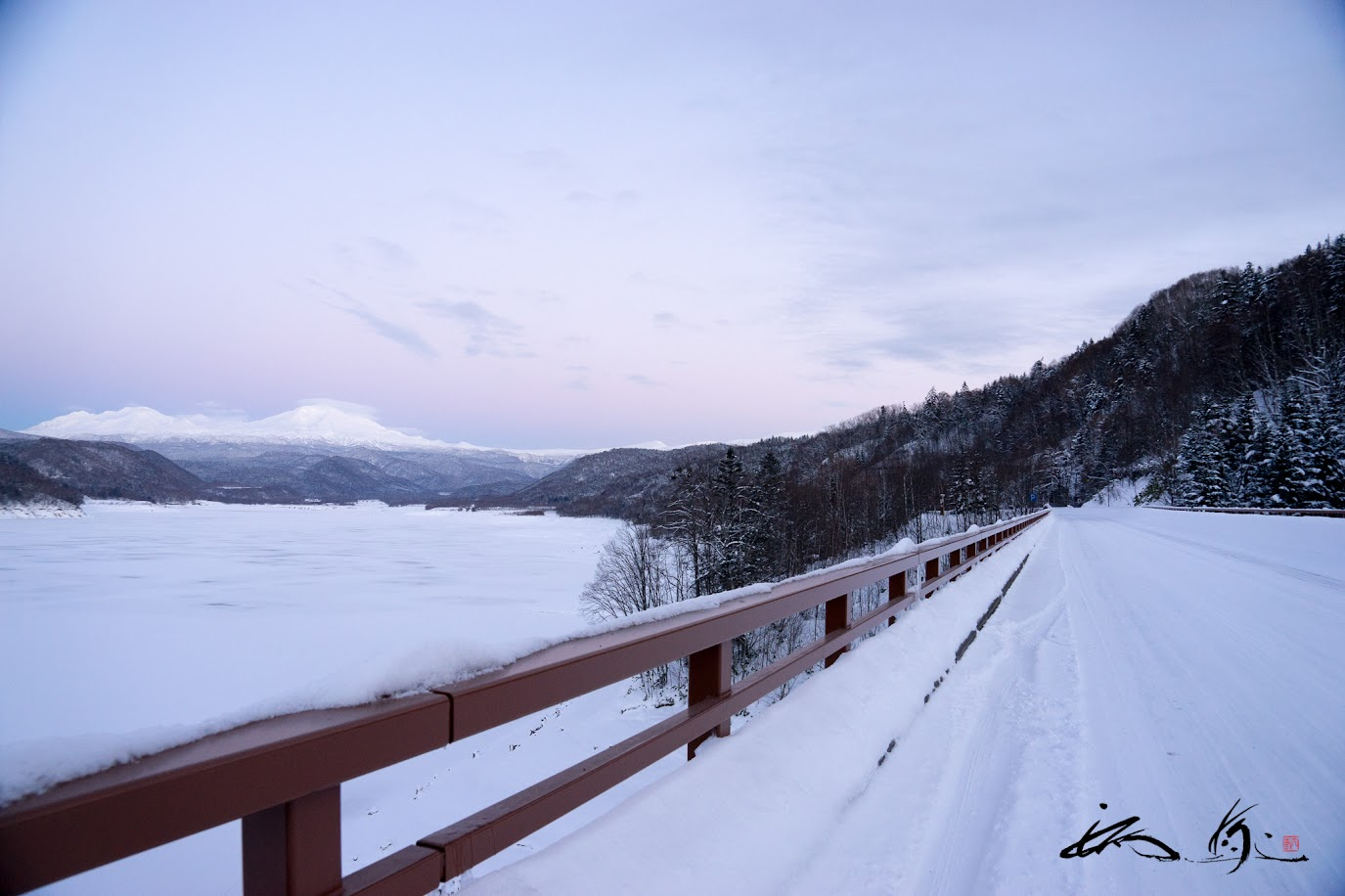 忠別湖にかかる橋より