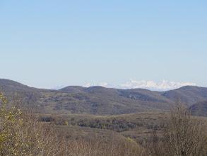 Photo: Widok ku północnemu wschodowi na Kaukaz: grupa górska Tebulo (najwyższy szczyt 4493 m. n.p.m., odległość 119 km). Przed tym grzbietem jest Tuszetia, a za nim Czeczenia.