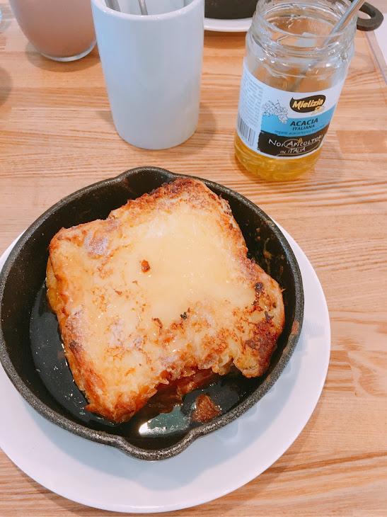 パンエスのフレンチトーストとハチミツ
