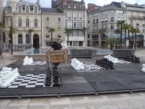 Photo: Place Clemenceau à #Pau, on commence à installer les échiquiers géants ! Venez jouer, des bénévoles vous attendent