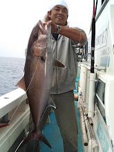Photo: ・・・スイマセン。 イシダイ釣りのかたわら、ジグをシャクらせて頂きました。 ヒットしました。 キャッチしました。 カンパチでした。 11.6kgありました。 うれぴー! ライトなタックルでネリゴの1~2kgがくればいいなーぐらいのかんじでしたが。 よかった。うれぴー!