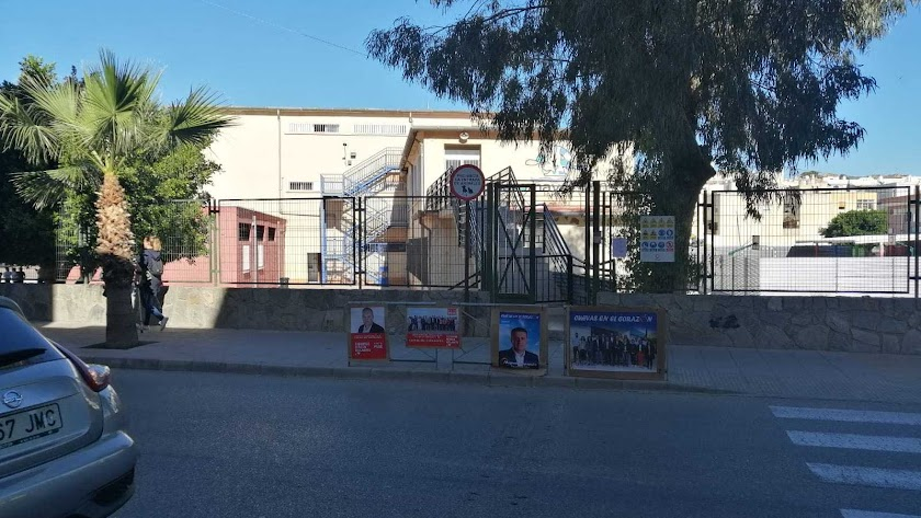 Publicidad electoral junto a un colegio de Cuevas.