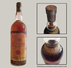 Photo: Qu'est ce que cette bouteille a à voir avec la chartreuse me direz-vous ? Et bien il ne faut pas se fier aux apparences, car il s'agit d'un brandy produit par les Pères Chartreux à Tarragone à la fin de la 2ème guerre mondiale !  Plus de détails dans les deux articles qui lui sont consacrés sur le blog :   http://delachartreuse.blogspot.fr/2012/07/le-brandy-car.html http://delachartreuse.blogspot.fr/2012/08/brandy-car-bouteilles-et-objets-de.html (Merci à Marc et Gabriel)