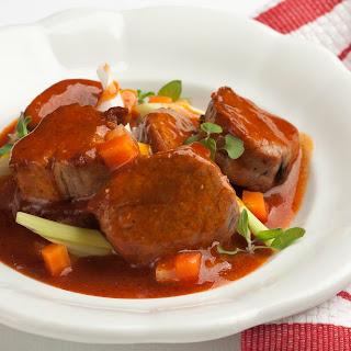 Schweinsragout mit Gemüse und Kresse