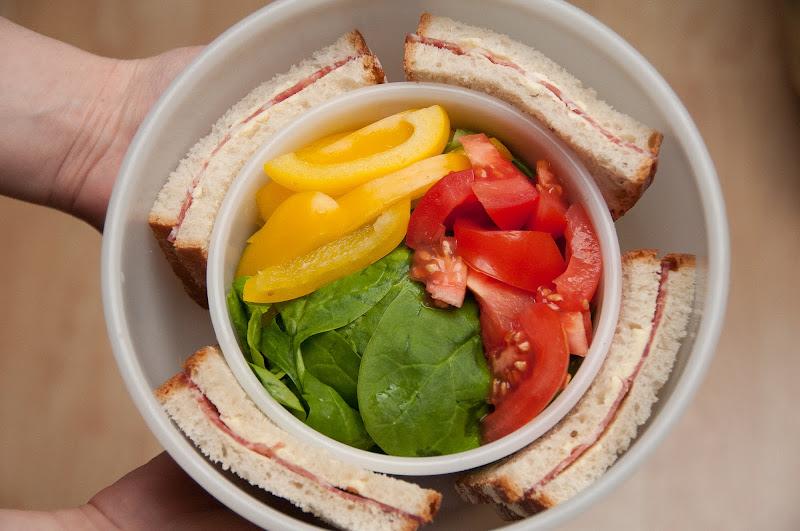 Photo: un mare sandwich cu unt si salam taiat in 4 :D ardei gras + rosii + spanac