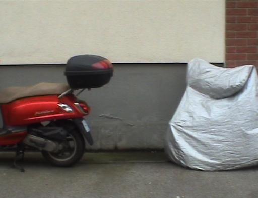 Vijf scooters, een winkelwagen en een fiets