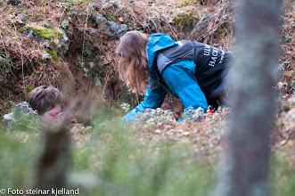 Photo: Vilma lar seg ikke lure og finner Inger Lise godt kamuflert i et hull.
