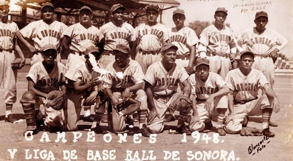 Grupo de personas posando para una foto en blanco y negro de equipo deportivo  Descripción generada automáticamente