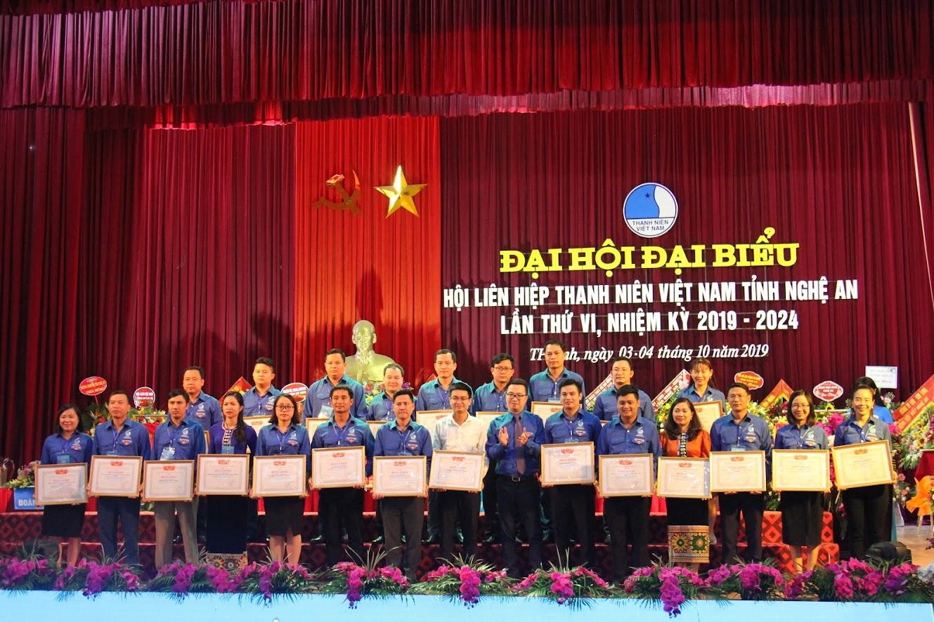 Đồng chí Nguyễn Tường Lâm, Phó Chủ tịch Thường trực Trung ương Hội LHTN Việt Nam trao Bằng khen của Trung ương Hội cho các cá nhân và tổ chức có thành tích xuất sắc trong các hoạt động