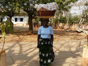 Photo: la marchande de pain passe chez les soeurs