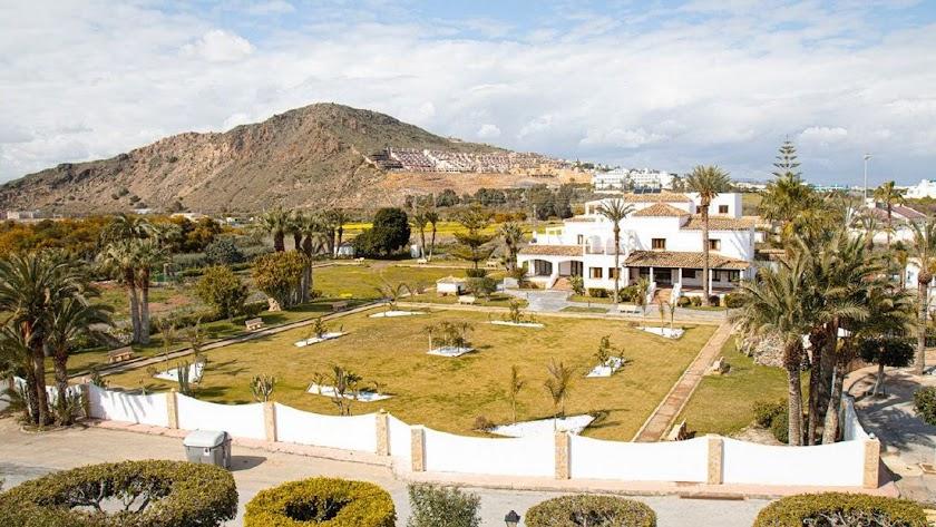 El hotel La Mata y al fondo el cerro del Moro Manco.