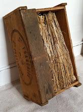 """Photo: Ancienne caisse de liqueur en bois. """"Cie Francaise de la Gde Chartreuse"""".  Les bouteilles sont protégées par un étui de paille, il ne manque que le précieux contenu ! (merci à Philippe)"""
