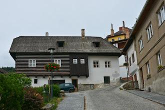 Photo: Poniżej rynku stoją domy z bali. Wybudowane w XVII w. Są przykładem architektury ludowej na Szumawie. Trochę dziwne, ale raczej przykładów takiego budownictwa powinniśmy szukać gdzieś na wsi, a nie w centrum miasta ;)