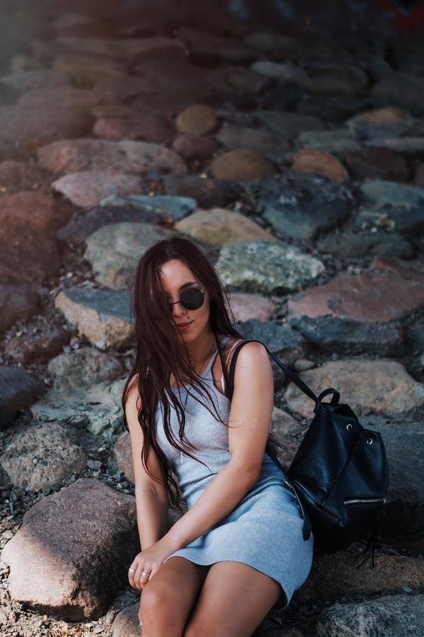 mulher morena posando nas pedras