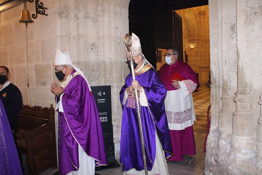 El arzobispo metropolitano de Granada y el obispo de Almería saliendo de la Sacristía Mayor.