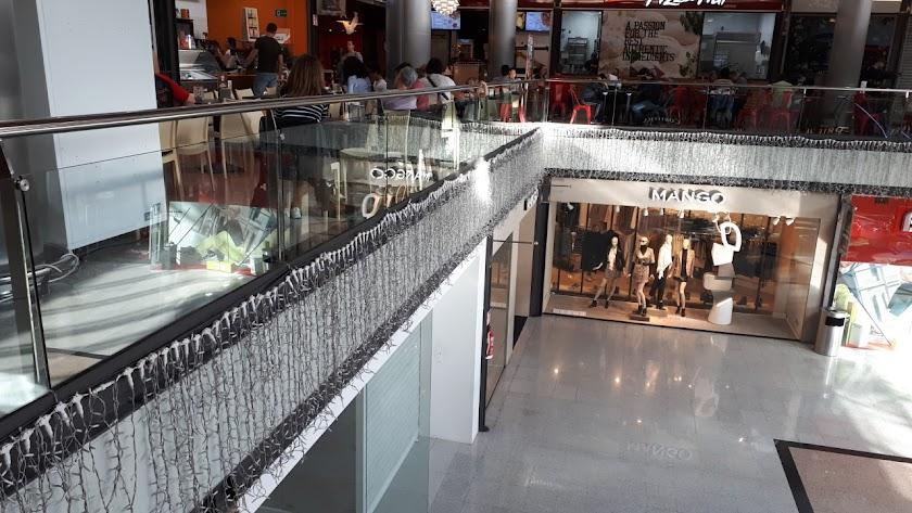 El Centro Comercial Mediterráneo ya ha instalado las luces de Navidad.