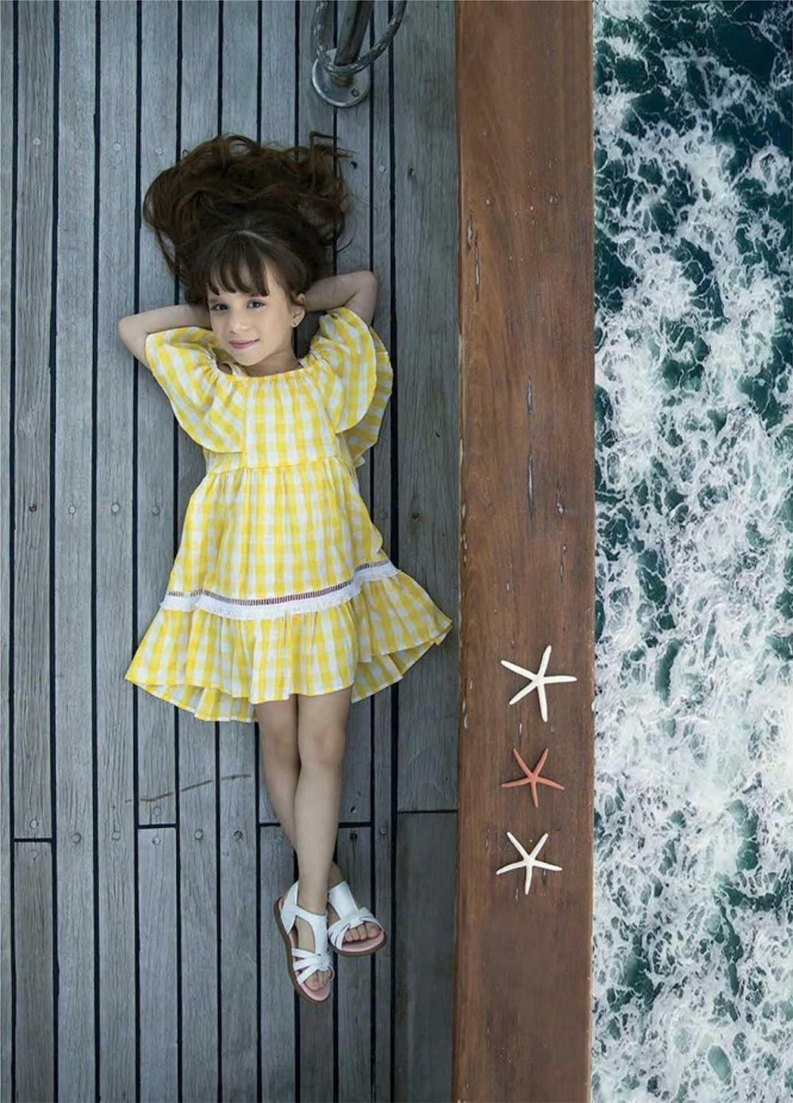 Uma imagem contendo pessoa, menina, vestuário, cerca  Descrição gerada automaticamente