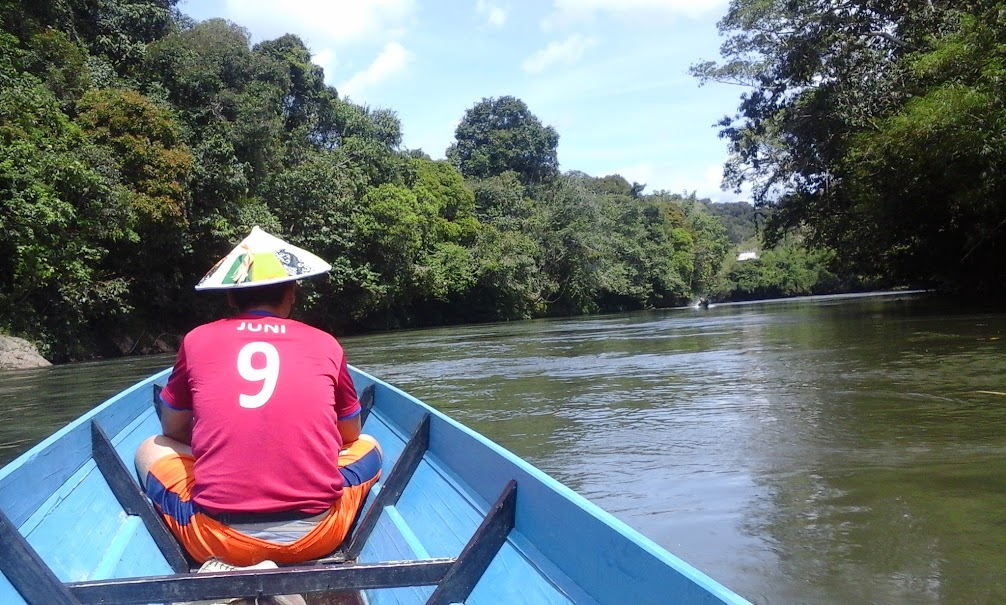 Juni Ibau, kawan saya, berada di depan perahu ketika kami hendak menjala ikan ke hilir Sungai Kayan. (Foto: Yudha PS)