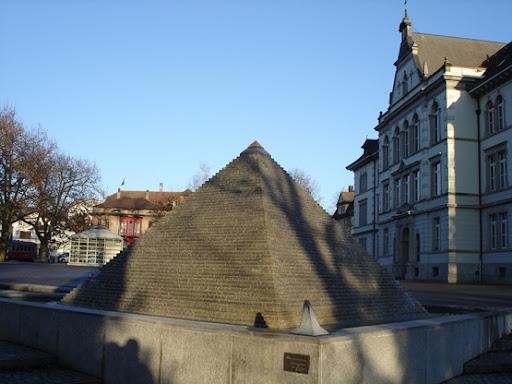 Pyramidenbrunnen Schulhausplatz