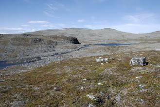 Kuva: Maasto muuttuu pikkuhiljaa karummaksi, Nigosjavri alkaa näkymään