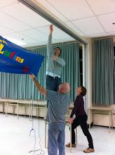 Photo: Vendredi soir : début de la mise en place. On accroche la bannière.