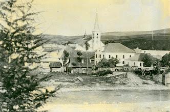 Photo: Pohľad na synagógu a kostol- rok 1910.