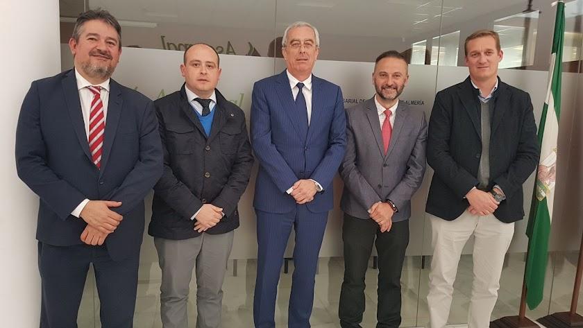 El presidente de los empresarios, José Cano, con los delegados de la Junta.