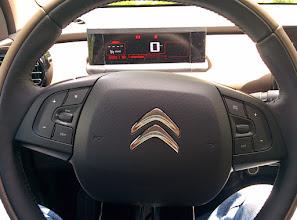 Photo: Poste de conduite : volant + écran