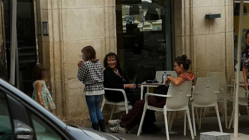 Claudia Cardinale y su hija, este jueves en una terraza del casco histórico de Almería.