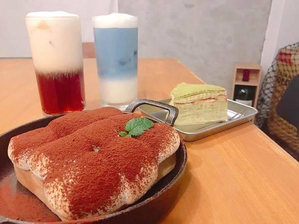 ✿來吧Cafe✿千層蛋糕、厚片土司、藍玫瑰鮮奶茶 ! 好拍好吃 不限時好愜意~