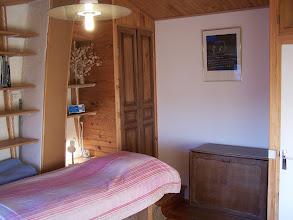 Photo: Chambre-bureau. A gauche : lit 1 place au-dessus de la voûte en pierre de l'ancienne cheminée ardéchoise. A droite : meuble-lit pliant 1 place.