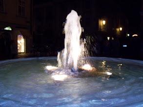 Photo: Klagenfurt in der Nacht, ein Brunnen an dem Alter Platz.