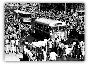 Photo: Marcas de la Memoria (20) Sede sindical de Aebu (Asociación Empleados Bancarios). Los hijos del exilio; la llegada, 26/12/1983.