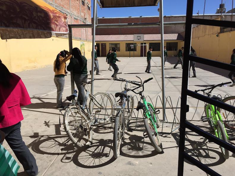ウユニの学校でコートで遊んでいる学生。緑のセーターは制服なのでしょうね
