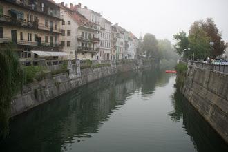 Photo: Ljubljanan halkova Ljubljanica-joki aamusumussa. Yöt olivat lomani ajankohtana kylmiä, mutta aamupäivällä sää lämpeni ja sumu haihtui nopeasti.