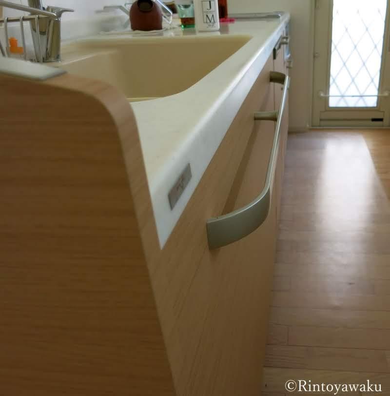 キッチンシンク収納を扉を側面から見た画像