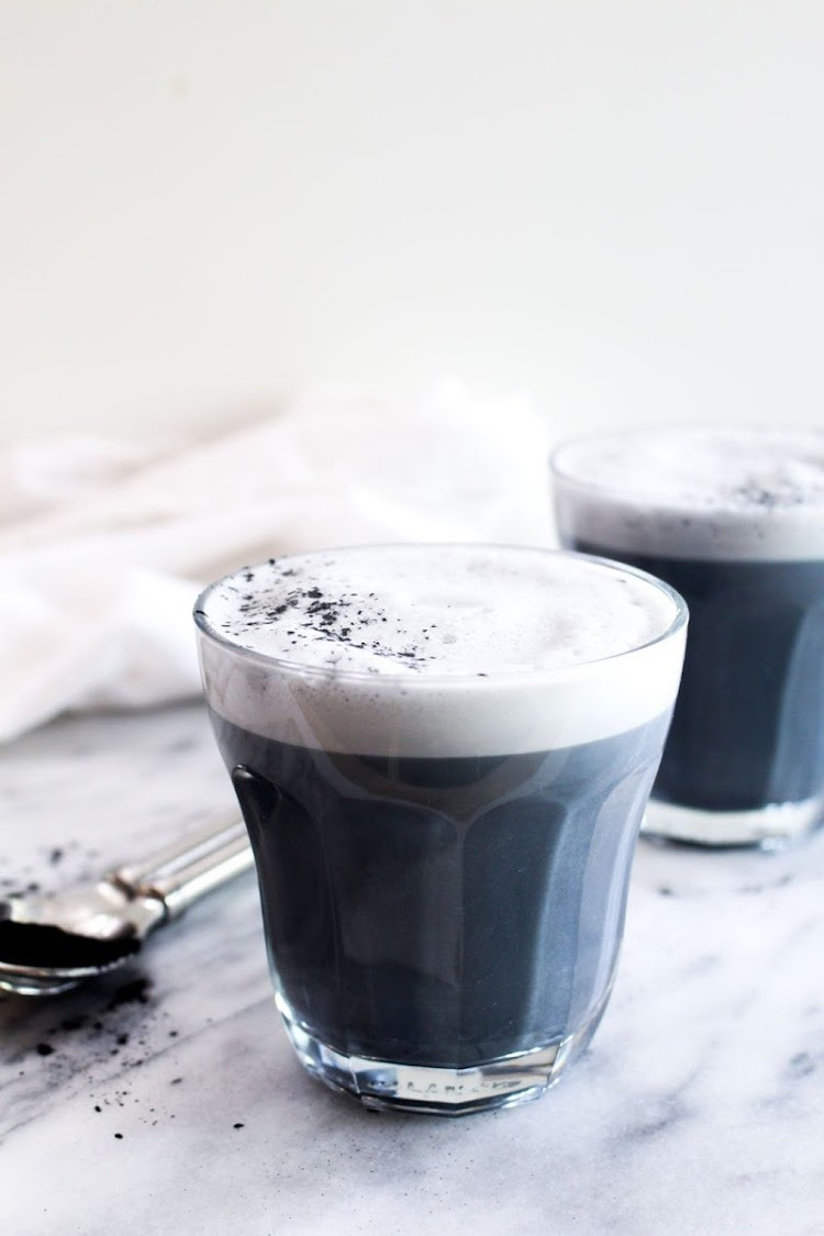 BLACK POWDER SALUTE Detox charcoal latte.