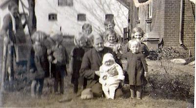 Photo: Sørine Kallestrup og Niels Christian Kallestrup med børn. Der er børn fra Vrås fire ejendomme.