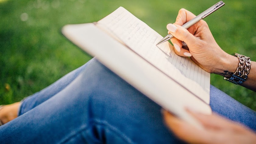 Una estudiante toma notas.