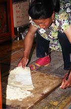 Photo: 03307 ハドブルグ家/麺作り/小麦粉に水を加えてこねる。薄くのばして1時間半おき、表面が乾燥したら重ねて細切りにする。
