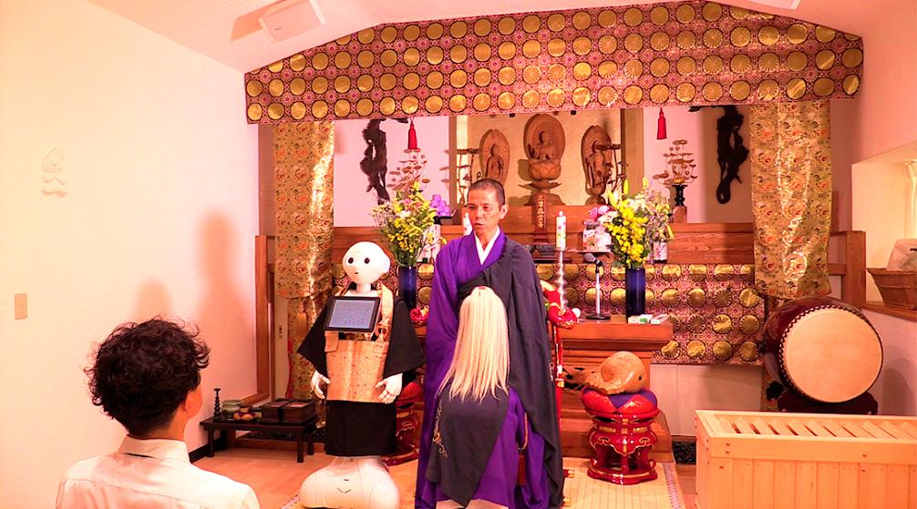 Ceremonia Funeraria Budista realizada por un robot de manera honorable.