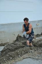 Photo: © ervanofoto 05-07-2012 De kabel voor de aarding wordt gelegd.
